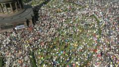 """Кадры берлинской демонстрации против карантина и """"тирании Меркель"""""""