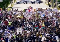 Сотни человек приняли в марше в американском городе Кеноша (штат Висконсин) под лозунгами «Жизни черных имеют значение» и «Нет справедливости, нет мира»