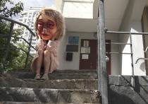 «Огромная страшная тетка, вся в кровоподтеках, выскочила прямо на меня из подъезда!» - с ужасом вспоминает житель одного из спальных районов столицы