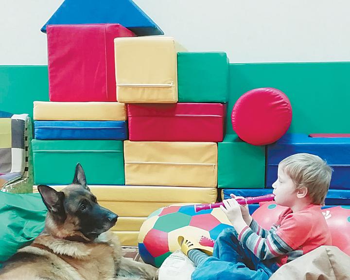 Специалисты и родители рассказали, как собаки учат и лечат детей