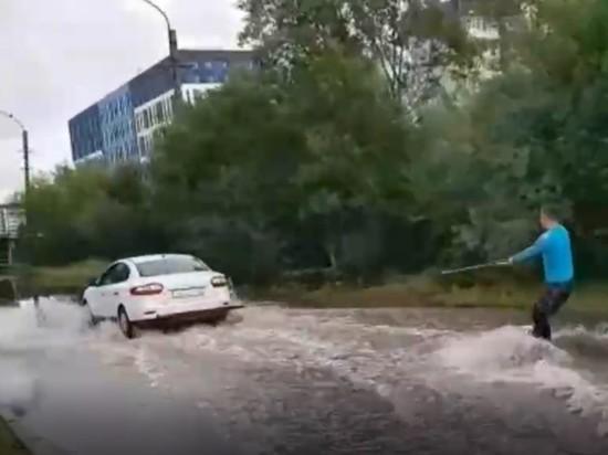 Спортсмен на вейкборде прокатился по затопленной улице Гатчины
