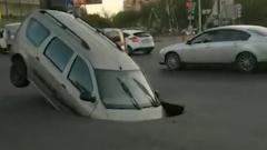 Автомобиль внезапно ушел под землю в Астрахани: видео