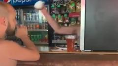 Продавщица пива в Сочи забросала кружками отдыхающих: кадры ярости