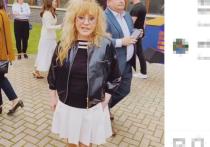 Пугачева в белой мини-юбке отвела детей в школу