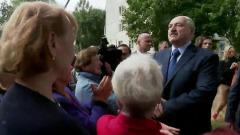 """Лукашенко вышел из лимузина к восторженным бабушкам: """"Вы держите страну"""""""