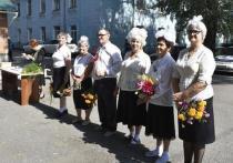 В Хакасии пенсионеров собрали на школьную линейку их детства