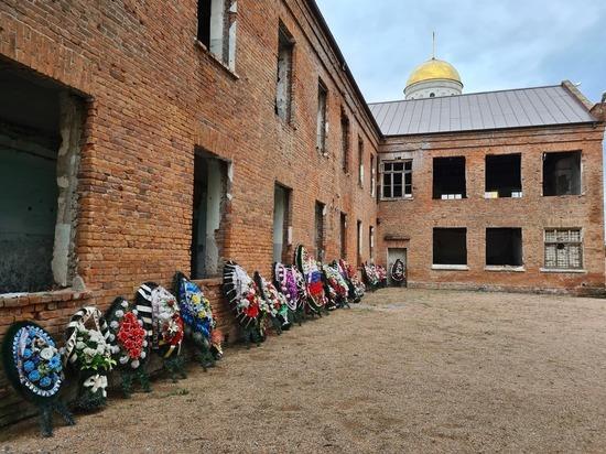 Город мужества и слез: делегация из Свердловской области в преддверии Дня солидарности в борьбе с терроризмом посетила Беслан