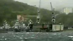 Во Владивостоке тайфун сорвал с места плавучий док: страшные кадры