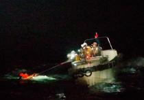 Спасателям удалось найти в волнах моряка, который оказался единственным выжившим при крушении судна с 43 членами экипажа и тысячами коров, которых везли как груз