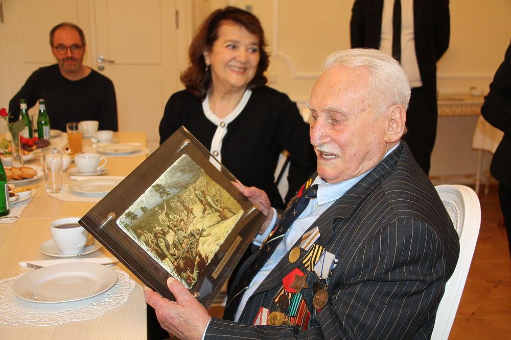 В Мюнхене, в Генеральном консульстве РФ, состоялось торжественное награждение ветерана Великой Отечественной войны