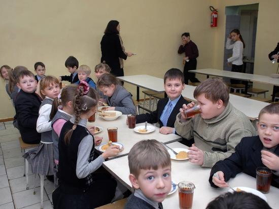 Саратовские родители ждали бесплатных обедов, но школьники получили кашу и чай