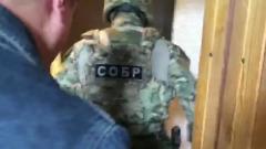 ФСБ показала видео задержания подозреваемых, готовивших теракты в школах