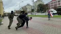 В Минске колонну протестующих студентов остановила полиция: видео задержаний