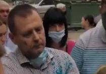 Мэра украинского города Днепр Бориса Филатова облили зеленкой 5 сентября во время встречи с жителями одного из многоэтажных домов на левом берегу города