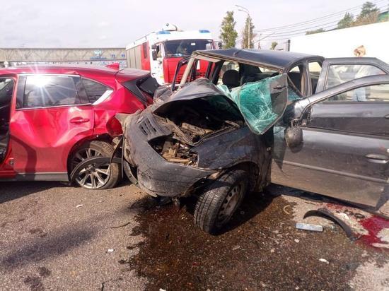 На трассе в Тверской области водитель получил переломы, въехал в попавшие в ДТП машины