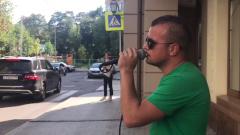 У дома Ефремова неизвестный певец устроил концерт