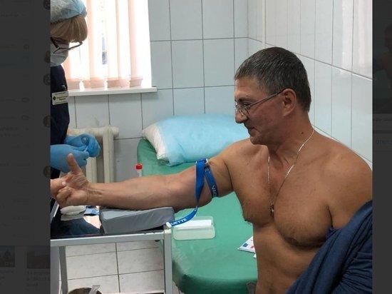 Доктор Мясников вколол себе вакцину от коронавируса