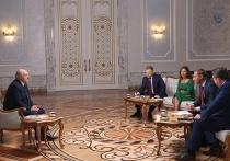 Президент Белоруссии Александр Лукашенко впервые за время противостояния с оппозицией сделал сенсационное заявление, в котором признал, что, возможно, задержался в кресле главы страны