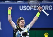 На US Open в этом году точно будет русский полуфиналист: в 1/4 финала встретятся между собой два из трех лучших российских теннисиста этого сезона - Андрей Рублев и Даниил Медведев