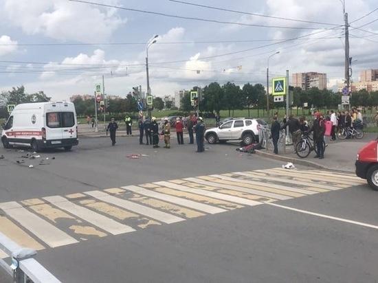Пассажирку Renault выбросило на проезжую часть в Купчино после ДТП с Mercedes