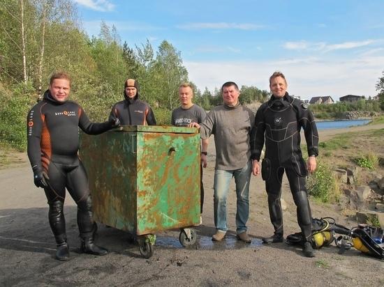 Пять ныряльщиков вытащили затопленный в Ключевском карьере бак