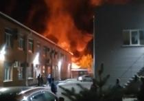Бушевал огонь, и взрывались бочки: в Ярославле сгорел сервис строительной техники