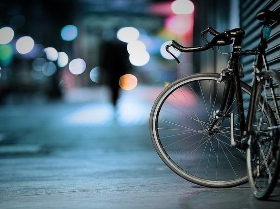 В Казани водитель сбил велосипедиста и протаранил дорожный знак