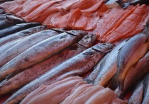 Коронавирус на охлажденном лососе может быть заразным более семи дней, утверждают китайские исследователи, предполагающие, что эта рыба может быть источником международной передачи COVID-19