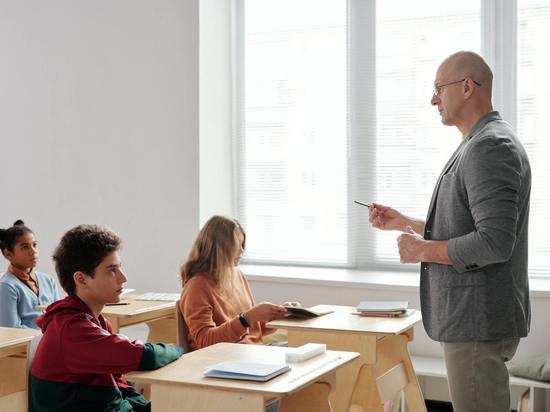 В Ленобласти открыли горячую линию для помощи учителям