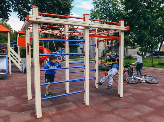 В Холм-Жирках появилась новая детская площадка