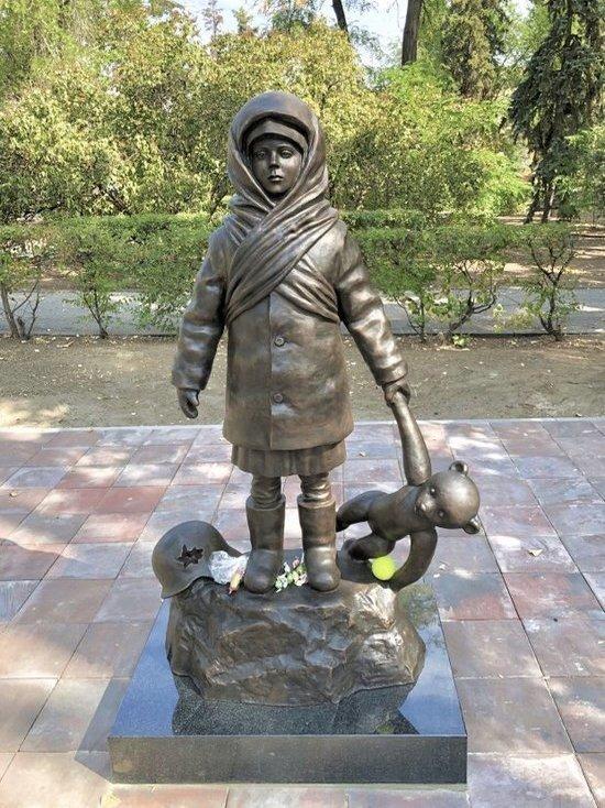 Горожане несут конфеты и игрушки к памятнику детям Сталинграда