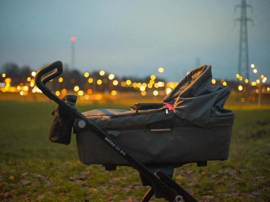 Уборщик Пулково украл у пассажирки детскую коляску