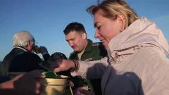 Телеведущая Арина Шарапова решилась выпить прямо из Байкала