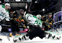 """Самый необычный сезон НХЛ в истории близится к завершению - команды уже добрались до финалов конференций, после чего им останется только провести финал Кубка Стэнли.   Впервые решающие матчи главного хоккейного трофея НХЛ проходят без зрителей и на нейтральном поле. А еще, впервые в истории Лиги из четырех команд, добравшихся до финалов Востока и Запада, в трех основными вратарями являются россияне. """"МК-Спорт"""" рассказывает подробности об этих вратарях, установивших такой необычный рекорд."""