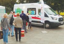 У железнодорожной станции Павшино в Красногорске, начиная с понедельника, дежурит машина «скорой помощи» — это один из мобильных комплексов по вакцинации населения в Московской области
