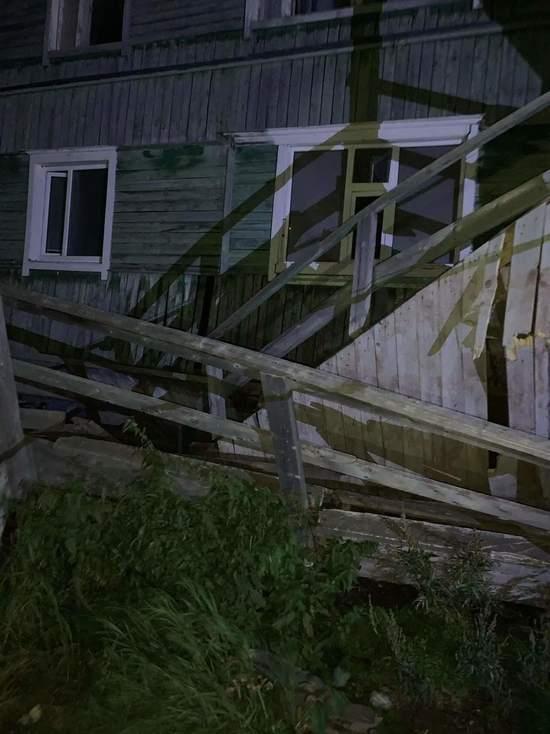 В Салехарде частично обрушился жилой деревянный дом
