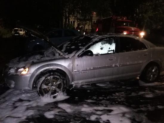 В Верхнеднепровском случайные прохожие увидели горящую машину соседа
