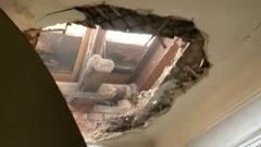 Рабочий вместе с потолком рухнул на москвичку: кадры из квартиры