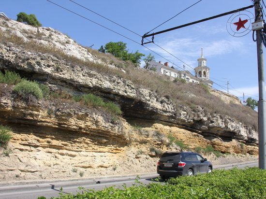 В Севастополе на Красном спуске полным ходом идут работы по закрытию склона синтетической сетью для предотвращения камнепадов
