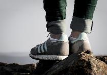 Открывающая лодыжки обувь осенью вместе с короткими брюками может привести к переохлаждению и воспалению ахиллова сухожилия, рассказал кандидат медицинских наук, врач травматолог-ортопед, остеопат Константин Терновой