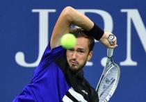 Даниил Медведев проиграл в полуфинале австрийцу Доминику Тиму (2:6, 6:7, 6:7) и финал Открытого чемпионата США пройдет без российского теннисиста. Несмотря на, казалось бы, равный расклад сил, Тим был безупречен, а Медведев слишком нервничал. «МК-Спорт» рассказывает подробности.