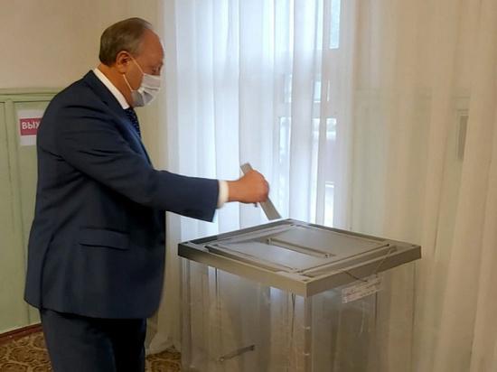 Радаев проголосовал на довыборах в облдуму, придя на участок в маске