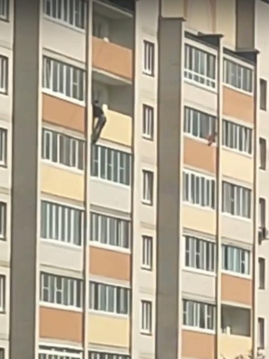Мужчина повис на балконе многоэтажки в Смоленске
