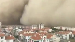 Сильный ураган спровоцировал песчаную бурю под Анкарой