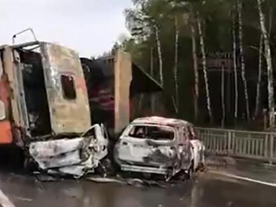 Горящие машины перекрыли движение на калужской трассе