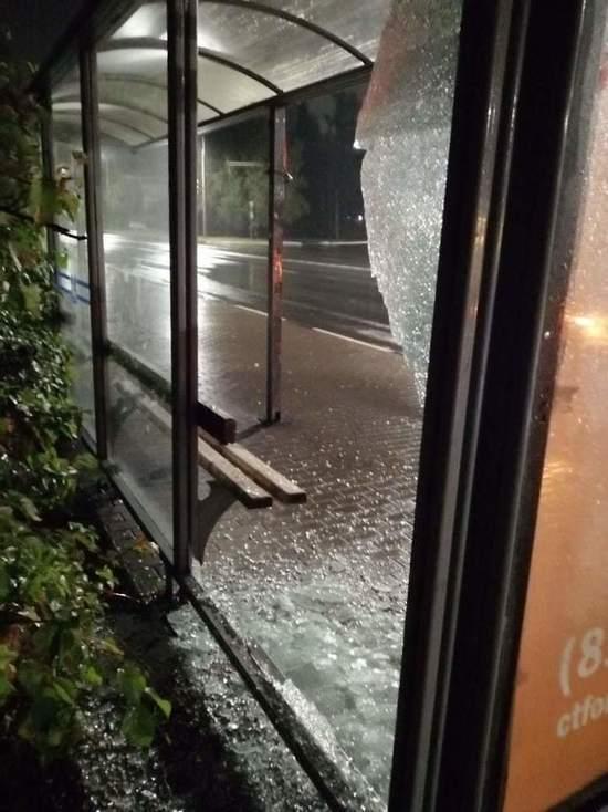Псковские вандалы разбили стеклянный павильон на остановке