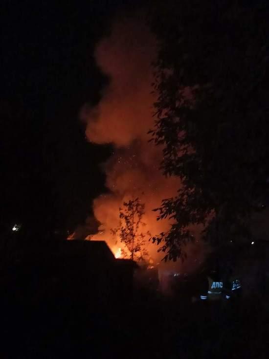 Пожар вспыхнул в хозяйственной постройке на улице Лесной в Пскове