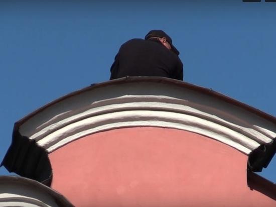 Человек с ножом устроил акцию на крыше Александро-Невской Лавры