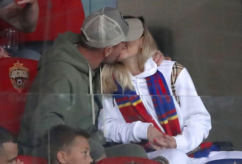 Глушаков дразнит фанатов: во время дерби он целовался с игроком ЦСКА