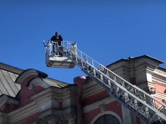 Человек слез с крыши Александро-Невской лавры и поехал к прокурору